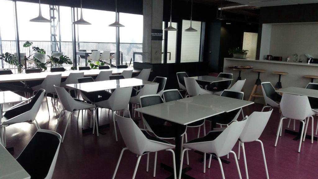 Saaliala Noora 5. korrusel. Lauad ja toolid, ühe laua taga kuus tooli.