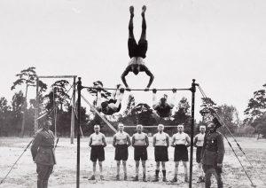 Liepaja Jalaväepolgu instruktorid võimlemas
