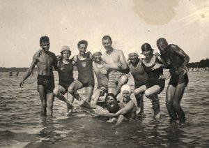 Grupp noori mererannas